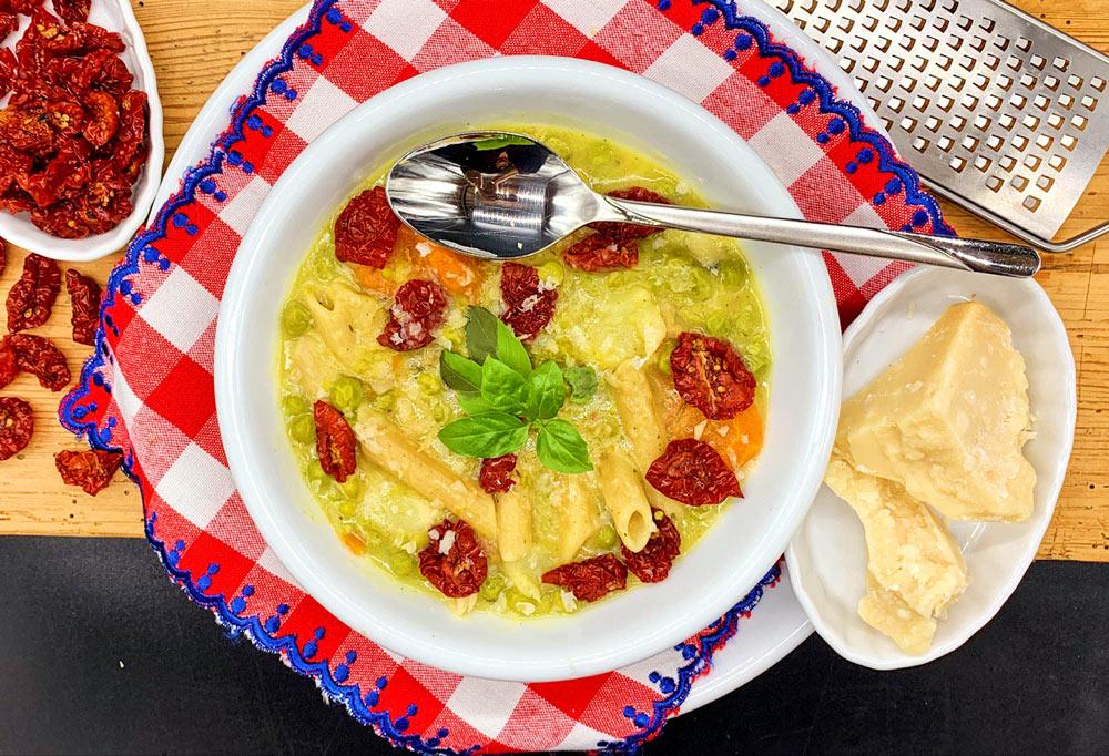 Minestrone mit sonnengetrockneten Kirschtomaten und Pasta