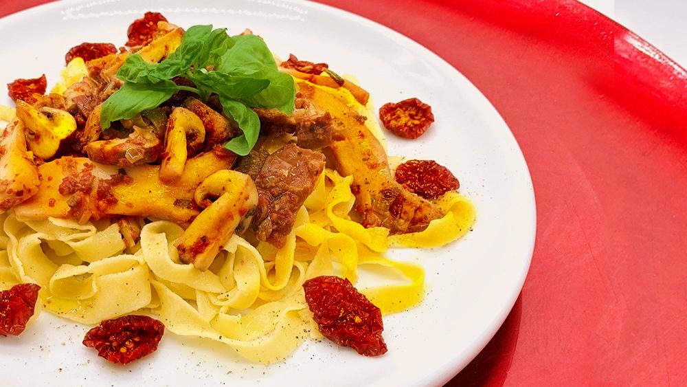 Pasta mit pilzen und Sonnengetrocknete Kirschtomaten