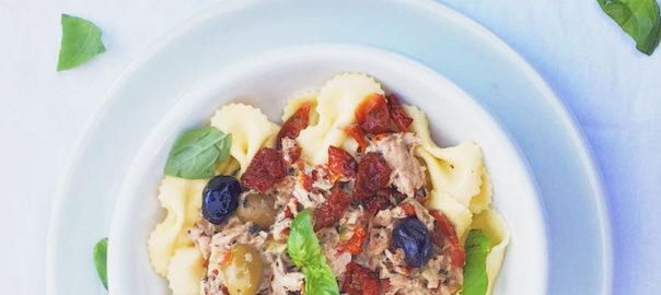 Schleifchennudeln mit getrockneten Kirschtomaten, Thunfisch und Oliven