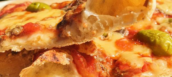 Pizza mit no-knead-Teig (ohne Kneten) und getrocknete kirschtomaten